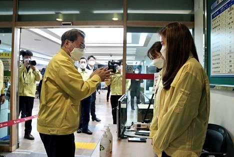 Etelä-Korean presidentti Moon Jae-in vieraili tiistaina terveyskeskuksessa Daegun kaupungissa.