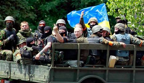 Ukrainan armeijan joukot näyttivät keskisormea Venäjän-mielisille asukkaille lähellä Mariupolin taistelupaikkaa perjantaina.