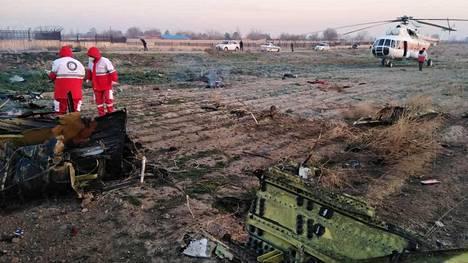 Pelastustyöntekijät työskentelivät ukrainalaiskoneen putoamispaikalla lähellä Teherania keskiviikkona.