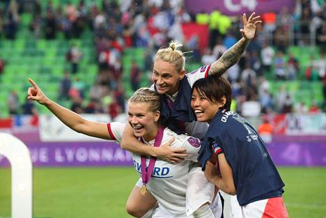 Lyonin norjalainen Ada Hederberg (vas.) juhli naisten Mestarien liigan voittoa yhdessä joukkuekavereidensa kanssa Budapestissa lauantai-iltana.