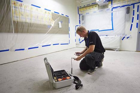 Suomalaisissa kouluissa kärsitään paljon sisäilmaoireista verrattuna todettuihin kosteusvaurioihin ja mikrobitasoihin. Kuvassa tehdään kosteusmittauksia Kanniston koulussa Vantaalla vuonna 2014.