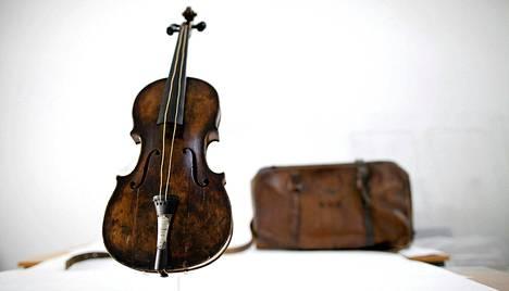 Tätä viulua orkesterinjohtaja Wallace Hartley soitti Titanicin vaipuessa syvyyksiin huhtikuussa 1912.
