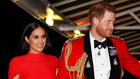 Herttuatar Megan ja prinssi Harry ovat taloudellisesti riippumattomia brittihovista ja tekevät viihdeuraa Yhdysvalloissa. Pariskunta kuvattuna Mountbatten -festivaalilla maaliskussa 2020.