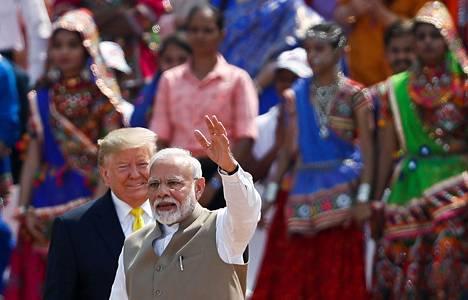 Intian pääministeri Narendra Modi isännöi Yhdysvaltain presidenttiä Donald Trumpia maailman suurimmalla krikettistadionilla Ahmedabadissa katutaistelujen raivotessa samaan aikaan Delhissä.