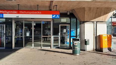 Mellunmäen metroaseman statuksesta maailman pohjoisimpana metroasemana kertova kyltti oli kiinnitetty sisäänkäynnin viereiseen pilariin.