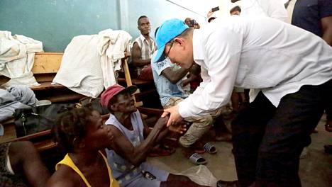YK:n pääsihteeri Ban Ki-moon tervehti tilapäissuojassa asuvia hirmumyrskyn uhreja Les Cayesissa Haitissa lokakuussa.