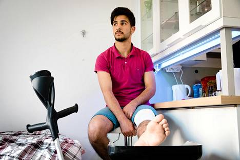 Auton paiskaama ovi osui kovalla voimalla Radhwan Simko Salehin vasempaan polveen.