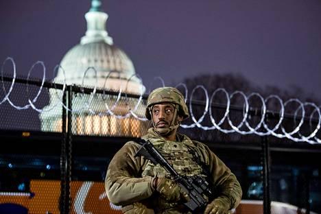 Kansalliskaartin sotilas vartiossa kongressitalon läheisyydessä perjantai-iltana.