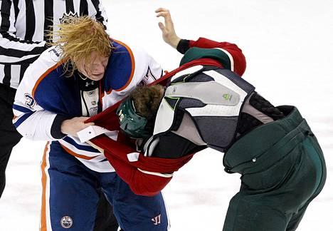 Edmonton Oilersin Lennart Petrell (vas.) veti paitaa pois Minnesota Wildin Brett Bulmerilta NHL-pelissä Saint Paulissa Minnesotassa viime perjantaina.