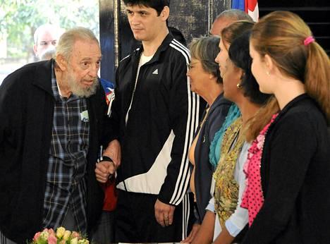 Kuuban entinen johtaja Fidel Castro kävi äänestämässä parlamenttivaaleissa Havannassa sunnuntaina.
