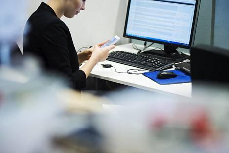 Vakavan työuupumuksen riski on lisääntynyt eniten alle 45-vuotiailla naisilla.