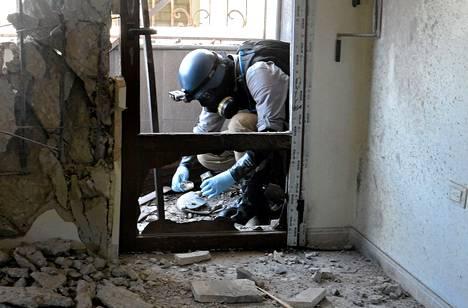 YK:n aseisiin erikoistunut tutkija keräsi näytteitä paikalta, jossa epäiltiin kemiallisten aseiden käyttöä Damaskoksessa elokuun lopussa.