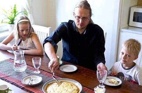 Viivi, Visa ja Vilmeri Kinnunen tarjoilivat toisilleen uusia perunoita, kanaa ja kastiketta. Kinnusten kuusihenkinen perhe syö päivittäin yhdessä yhden lämpimän aterian.