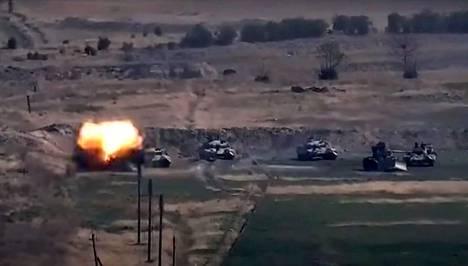 Vuoristo-Karabahin taisteluissa on käytetty jo ainakin tykistöä, helikoptereita ja panssarivaunuja.