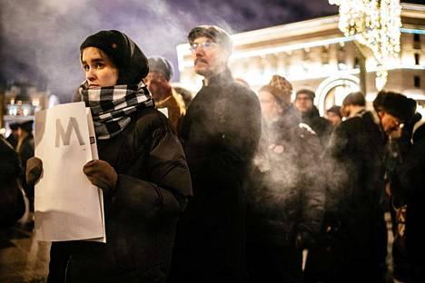 Vasemmistoaktivistien pitkiä terrorismituomioita protestoivat mielenosoittajat odottivat perjantai-iltana jonossa vuoroaan turvallisuuspalvelu FSB:n edustalla Moskovan keskustassa.