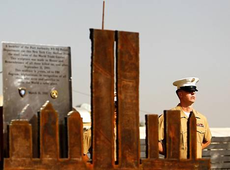 Sotilas partioi Yhdysvaltain Kabulin lähetystön edustalla syyskuussa 2011.