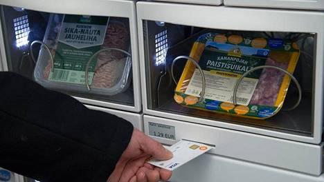 Automaattikaupassa asiakas saa tuotteet luukuista maksettuaan ostoksensa pankkikortilla.