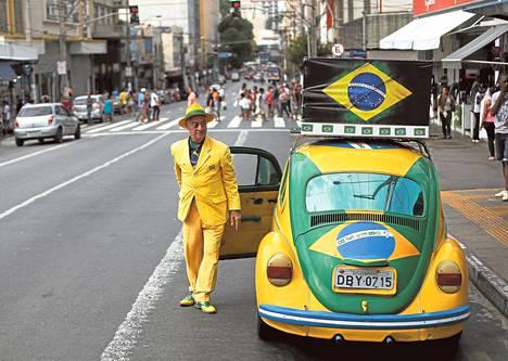 Brasilialainen lakimies Nelson Paviotti pukeutuu ja ajaa Brasilian maajoukkueen väreissä. Hän kertoo pukeutuneensa maajoukkueen väreihin vuoden 1994 mestaruudesta lähtien.