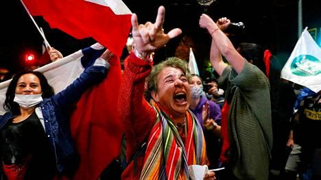 Ihmiset juhlivat Valparaisossa, kun kansanäänestyksen tulos sunnuntaina julkistettiin.
