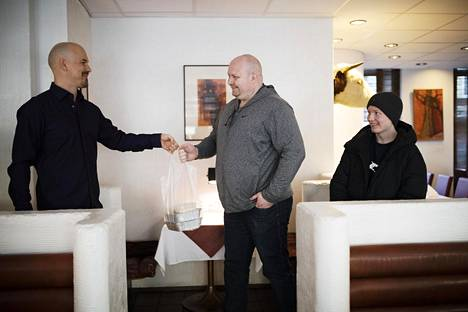 Sami Kölhi ja hänen poikansa Miko Kölhi kävivät hakemassa ruokaa Parrilla Española -ravintolasta. Ravintolan omistaja Mika Kavekari palveli.