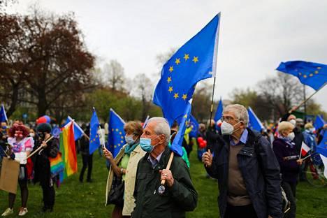 EU:n puolustajat osoittivat mieltään vapunpäivänä Krakovassa Puolan EU-jäsenyyden 17-vuotispäivänä.