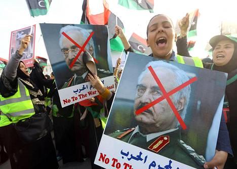 Mielenosoittajat vastustivat sotamarsalkka Khalifa Haftaria Libyan pääkaupungissa Tripolissa perjantaina. Haftar on sanonut haluavansa vallata Tripolin.