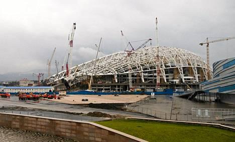 Olympiakylää rakennettiin vuoden päästä alkavia olympialaisia varten Sotšissa viime lauantaina.