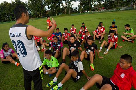 Wild Boarsin jalkapallojoukkue ensimmäisissä harjoituksissaan sen jälkeen, kun heidän joukkuekaverinsa joutuivat luolan vangeiksi. Pelastetut pojat ovat vielä eristysosastolla mahdollisten sairauksien varalta.