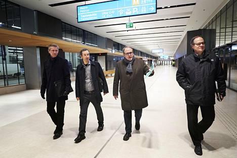 Jarmo Kulmala, Miikka Hakari ja Antti Mäkinen Espoon kaupungilta sekä rakennuttajakonsultti Seppo Kivilaakso katsastivat liki valmista bussiasemaa keskiviikkona.