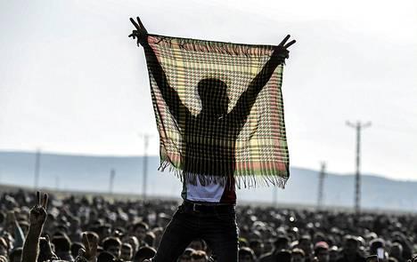 Kurdit juhlivat tiistaina Turkin Surucissa, kun kurdijoukot onnistuivat häätämän terroristijärjestö Isisin Kobanesta.
