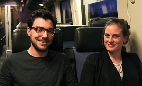 Hollantilaiset Rinse Kruithof (vas.) ja Sara Ansem pitävät itseään ennen kaikkea amsterdamilaisina. He olivat junassa matkalla Antwerpenistä Amsterdamiin.