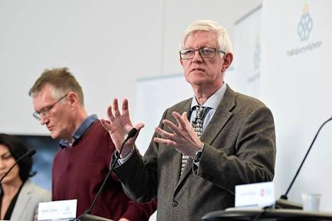 Anders Tegnell (vas.) ja Johan Carlson tiedotustilaisuudessa Tukholmassa 1. huhtikuuta.