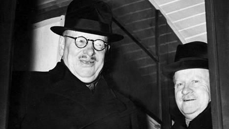 Valtioneuvos Juho Kusti Paasikivi ja ministeri Väinö Tanner matkalla Moskovaan neuvotteluihin 1.11.1939.