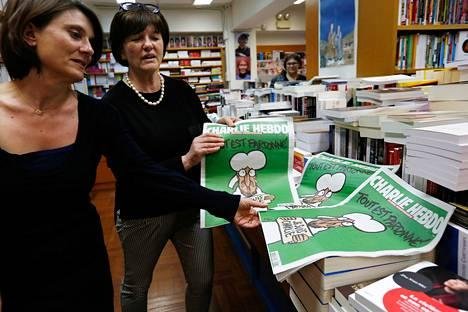 Ranskalaisen Charlie Hebdo sarjakuvalehden erikoisnumero julkaistiin 15. tammikuuta. Parisiilaisen kirjakaupan henkilökunta tarkasteli lehteä tuoreeltaan.