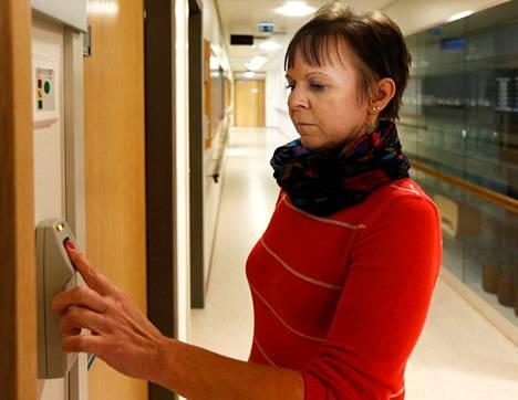 Toimistosihteeri Mirja Heikkinen avaa sormenjälkitunnistimella työhuoneensa oven Kontulan vanhustenkeskuksessa, jossa on yhteensä 230 tunnistinta. Alun hankaluuksien jälkeen henkilökunta on ollut tyytyväinen järjestelmään.