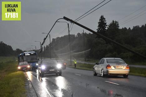 Raju myrsky matkusti yli Askiston, Petikon ja Martinlaakson kaataen puita ajoteille. Vihdintiellä salamaniskusta vääntynyt katuvalo pysäytti linja-autoliikenteen vain henkilöautojen mahtuessa valotolpan alta.