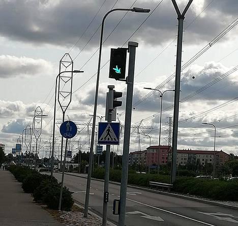 Jalankulkijoiden liikennevalojen nurinkurisessa asennossa seisova vihreä hahmo Jumbon vieressä aiheutti hämmennystä ja hilpeyttä Vantaalla.