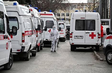 Ambulanssit jonottivat pääsyä sairaalalle marraskuussa Omskissa. Koronavirus on aiheuttanut samanlaisia jonoja monissa kaupungeissa.
