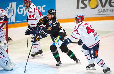 Oulun Kärppien lupaaviin junioreihin lukeutuva Sebastian Aho ajaa HIFK:n maalille Teemu Ramstdetin (oik.) Ja Otto Honkaheimon välistä.