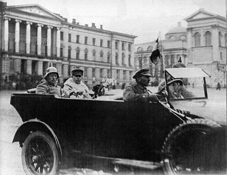 Voitonparaatiin kenraali Rüdiger von der Goltz (vas.) ajoi avoautolla seurassaan everstiluutnantti Wilhelm Thesleff. Kirjan kuvitusta.