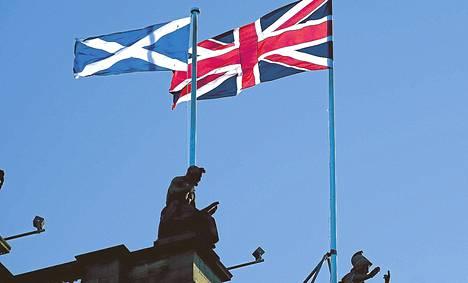 Skotlannin ja Britannian liput liehuivat skottikaupunki Edinburghin keskustassa.
