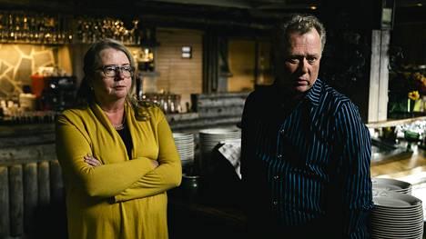 Ylläshuminan yrittäjät Meeri ja Toivo Qvist ovat huolissaan tulevasta sesongista. Muun muassa kanta-asiakkaat Britanniasta ja Saksasta ovat peruneet matkojaan Ylläkselle.