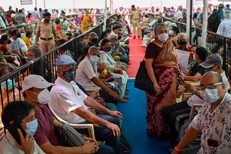 Ihmiset jonottivat rokotetta Mumbaissa viime viikolla.