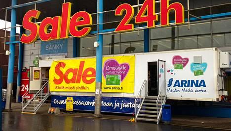 Sok:n siirrettävä kauppakontti myi tuotteitaan pääsiaäisen aikaan Oulun Raksilassa.
