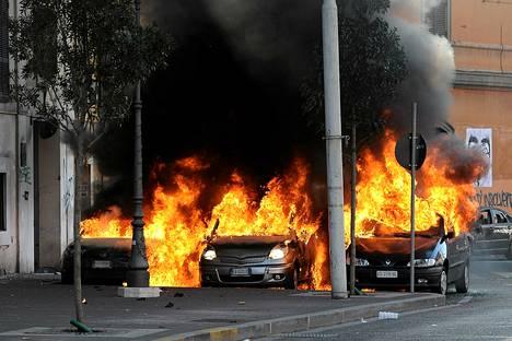Autot paloivat mielenosoituksen seurauksena Roomassa lauantaina.