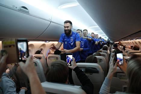 Suomen joukkue tanssi lentokoneessa letkajenkkaa kapteeni Tim Sparvin johdolla.