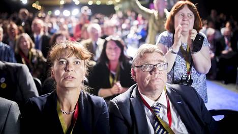 Perussuomalaisten puheenjohtajapaikasta luopuva Timo Soini ja perussuomalaisten puoluesihteeri Riikka Slunga-Poutsalo (vas.) kuultuaan äänestystuloksen puoluekokouksen alussa Jyväskylässä 10. kesäkuuta 2017.