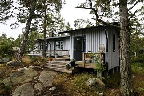 Halutuimmat mökit sijaitsevat veden äärellä. Kuvassa mökki Kemiön saaristossa Varsinais-Suomessa.