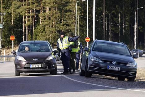 Helsingin suuntaan saapuvaa liikennettä tarkistettiin Lahden moottoritiellä Päijät-Hämeen ja Uudenmaan rajalla sunnuntaina.