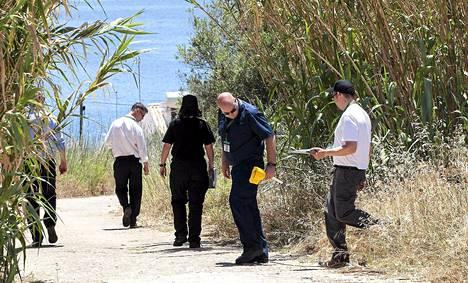 Scotland Yardin etsivät tutkivat maastoa Portugalin Praia da Luzissa maanantaina.